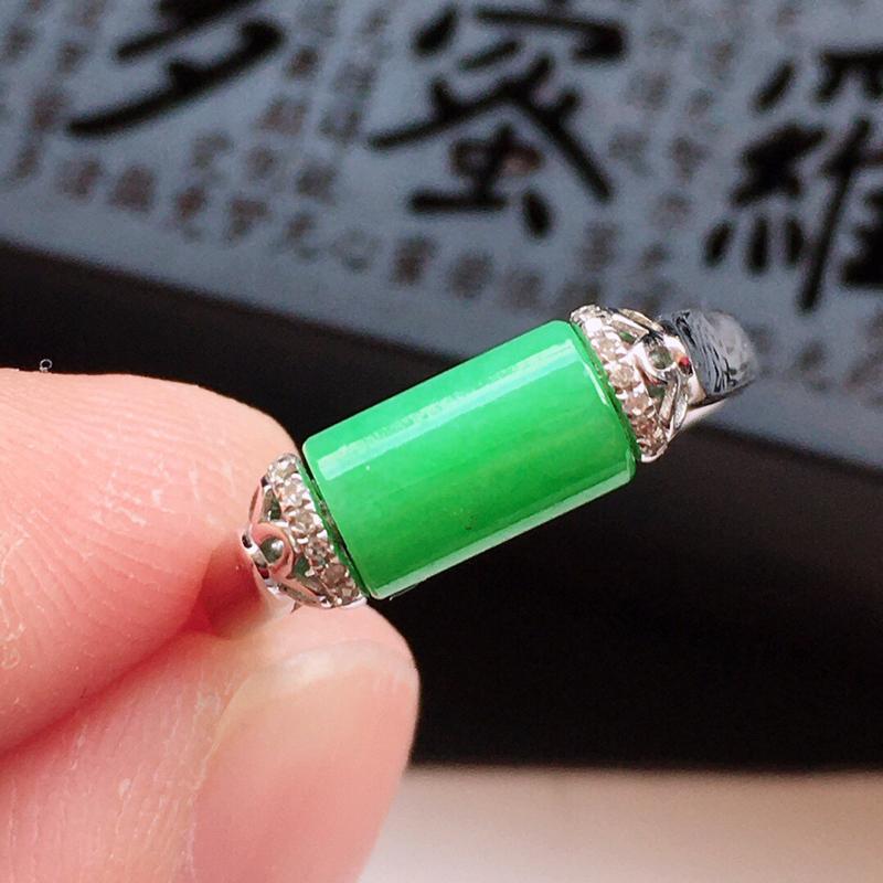 精品翡翠镶18K金伴钻戒指,玉质莹润,佩戴 效果更美,商品尺寸:内径:16.7MM,玉:8*4.9M