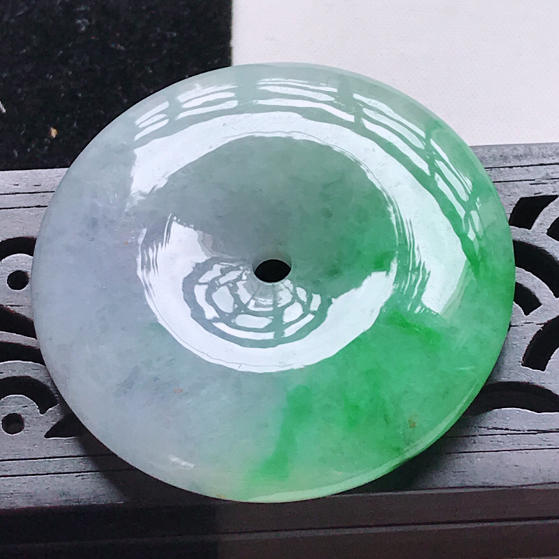 翡翠水润紫罗兰飘阳绿平安扣吊坠,玉质细腻,颜色漂亮,上身好看   尺寸43.6/43.6/8.1