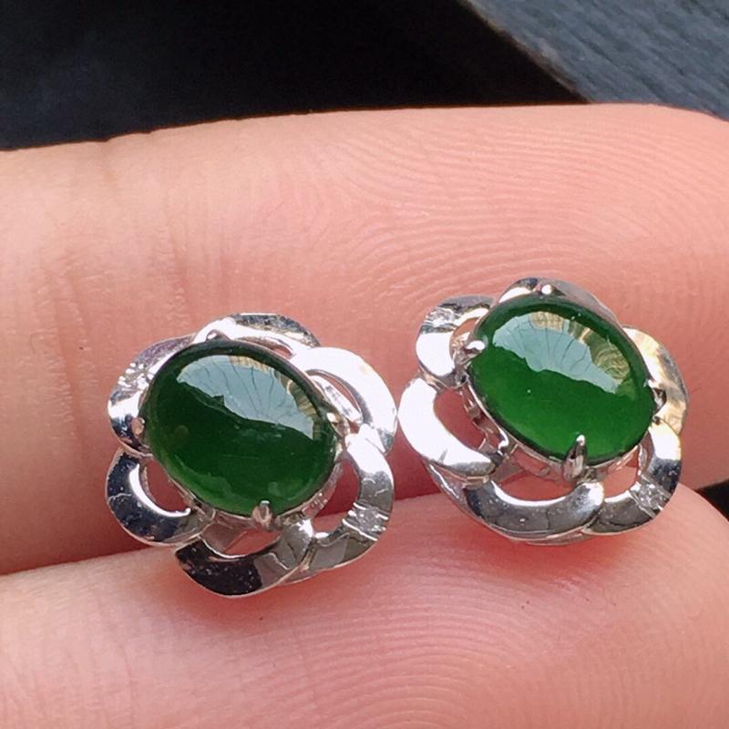 翡翠18K金伴钻镶嵌满绿蛋面耳钉,玉质细腻,雕工精美,佩戴送礼佳品,包金尺寸: 9.7*8.3*5.8MM,裸石尺寸:6.1*4.9*2.4MM,重1.45克