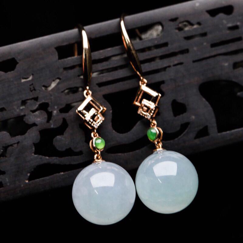 拍下有礼18K金伴钻镶嵌圆珠翡翠耳坠一对,圆润饱满,款式精致。佩戴效果高贵漂亮!取其中一个裸石