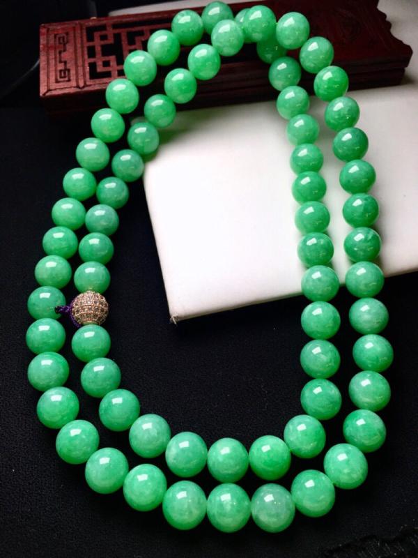 翠绿圆珠项链 色泽艳丽 粒粒饱满 质地细腻 上身高贵时尚大气 唯美 个别有小纹 取其一尺寸9.8*9