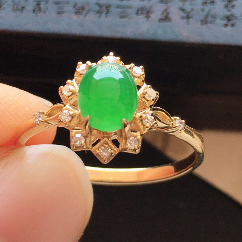 精品翡翠镶18K金伴钻戒指,玉质莹润,佩戴效果更美,商品尺寸:内径:16.9MM,玉:6.2*5.2