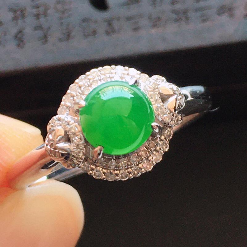 精品翡翠镶18K金伴钻戒指,玉质莹润,佩戴效果更美,商品尺寸:内径:17MM,玉:5.7*3MM
