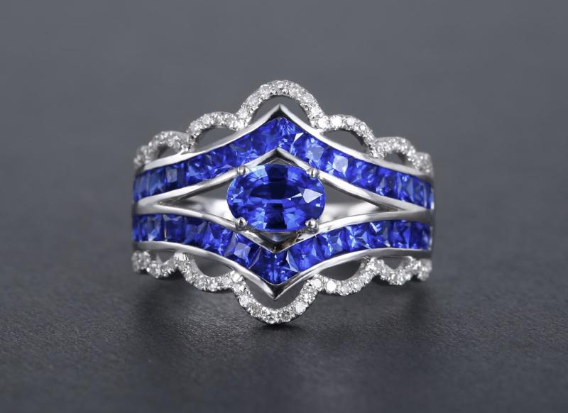 18k金镶矢车菊蓝宝石戒指 宝石参数:0.68+1.52ct  配石:钻石72颗,总重3.65克,圈