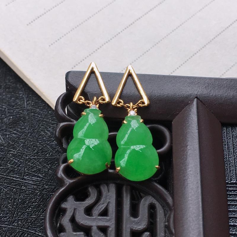 18K金伴钻镶嵌翡翠满绿葫芦耳坠,种水好玉质细腻温润,颜色漂亮。裸石尺寸:11.8*8.0*3.0m