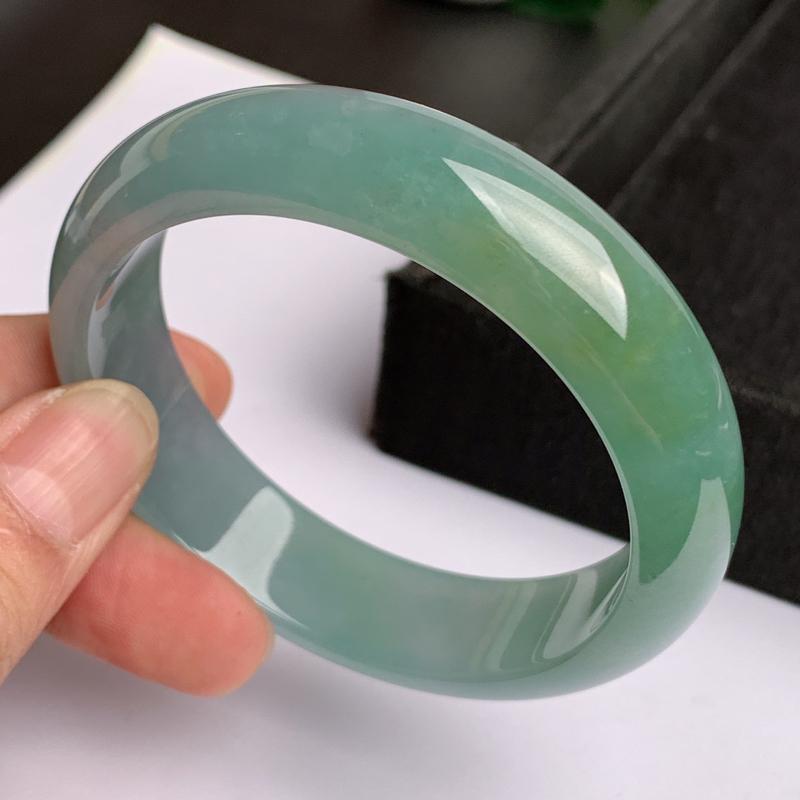 缅甸a货翡翠,水润飘绿正圈手镯59mm,玉质细腻,色彩艳丽,秀气迷人,条形大方得体,佩戴效果好