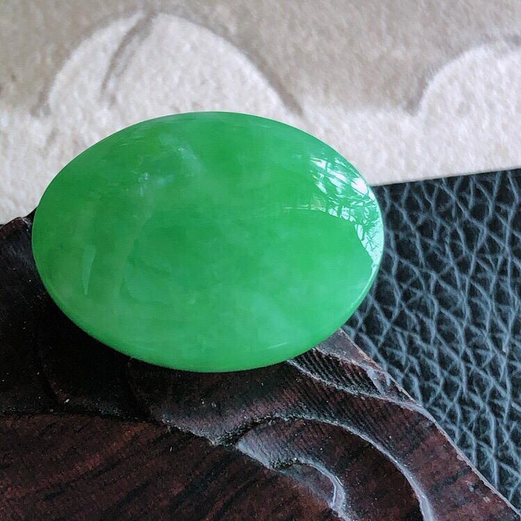 天然甸缅翡翠A货绿色蛋面裸石,料子腻细柔洁,尺寸22/18/10mm,重量7.04g。