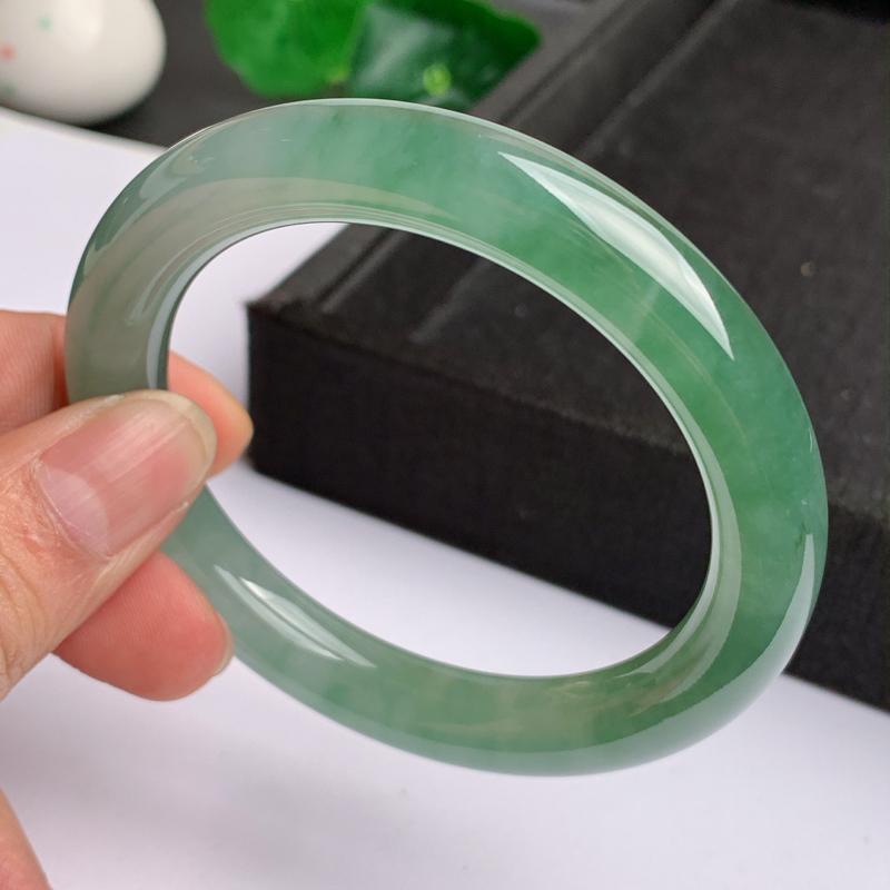 缅甸a货翡翠,水润飘绿圆条手镯57.9mm,玉质细腻,色彩艳丽,圆润肥美,条形大方得体,佩戴效果好