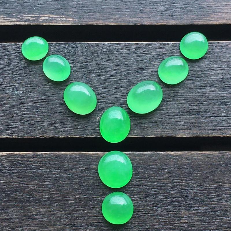 阳绿蛋面,一起9个,自然光实拍,缅甸a货翡翠,种好通透,水润玉质细腻,雕刻精细,饱满品相佳,