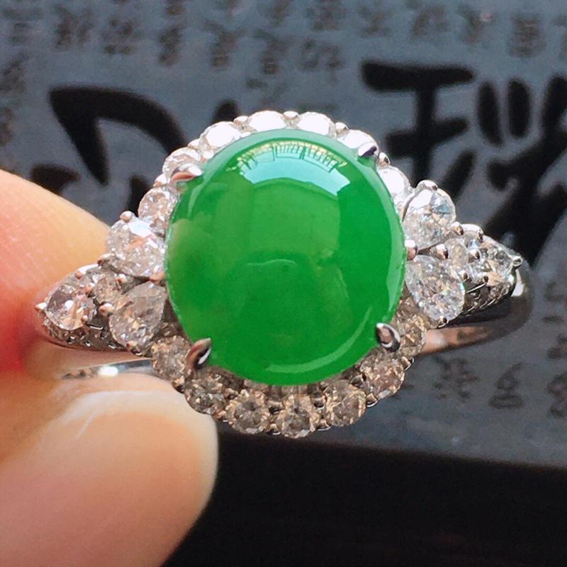 精品翡翠镶18K金伴钻饱满满绿戒指,玉质莹润,佩戴效果更美,商品尺寸:内径:17.5MM,玉:9*8