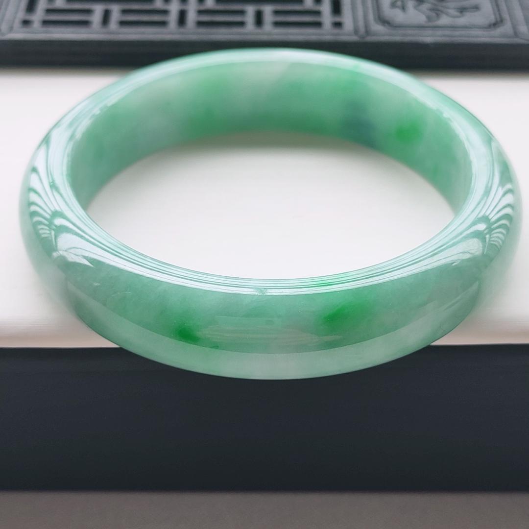 正圈74.5圈口,自然光实拍,缅甸老坑天然翡翠A货,水润细腻飘绿正圈手镯,上手高贵优雅有气质,尺