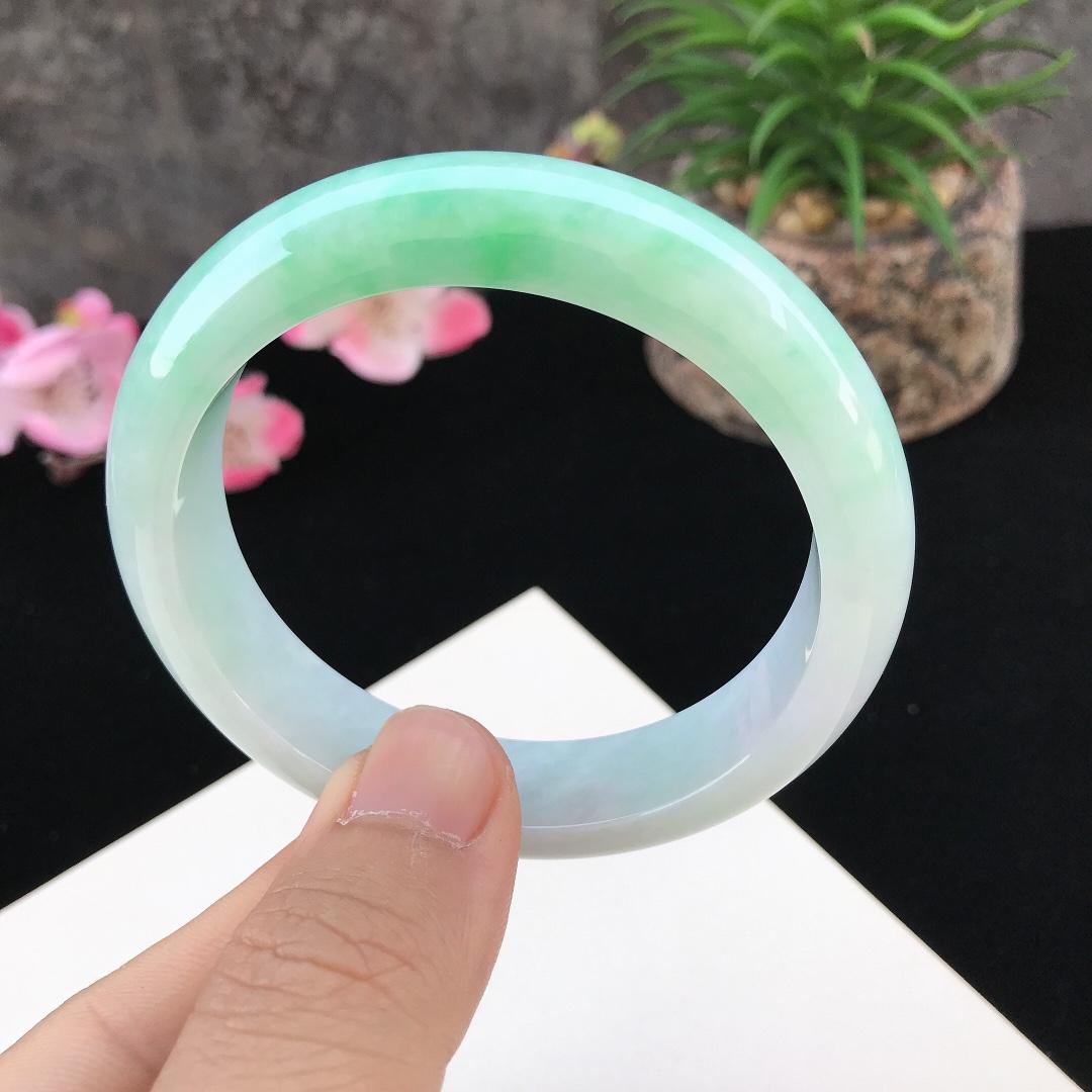 圈口:57.3mm天然翡翠A货糯种水润飘绿正圈手镯,尺寸57.3-13.9-8mm,底子细腻,种水好