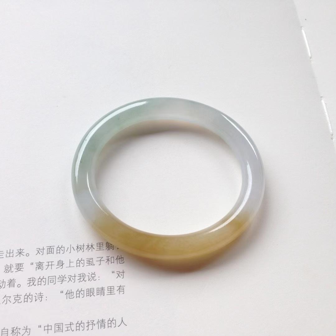 贵妃冰润黄翡特色镯。贵妃尺寸:53.5/8.5/8.2mm。短内径46mm。正圈51.5可戴。小手