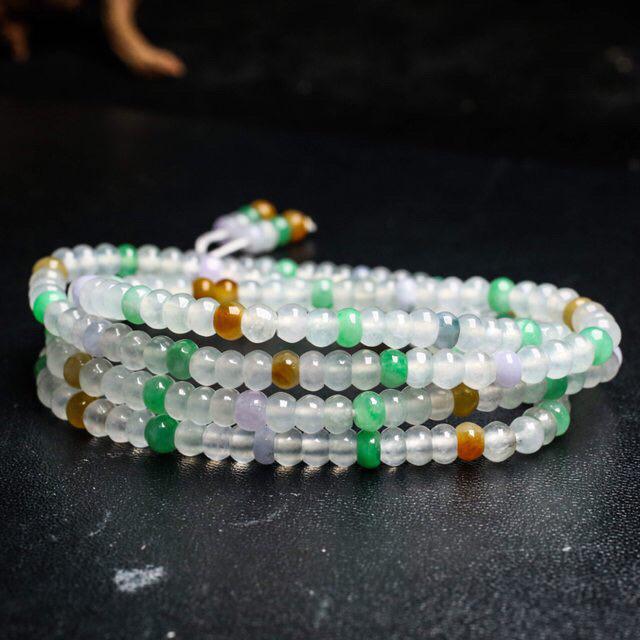 多彩翡翠珠链,共234颗珠子,取其中一颗珠尺寸大约4.7*3.4mm,珠子亮丽秀气,水润光泽,清秀