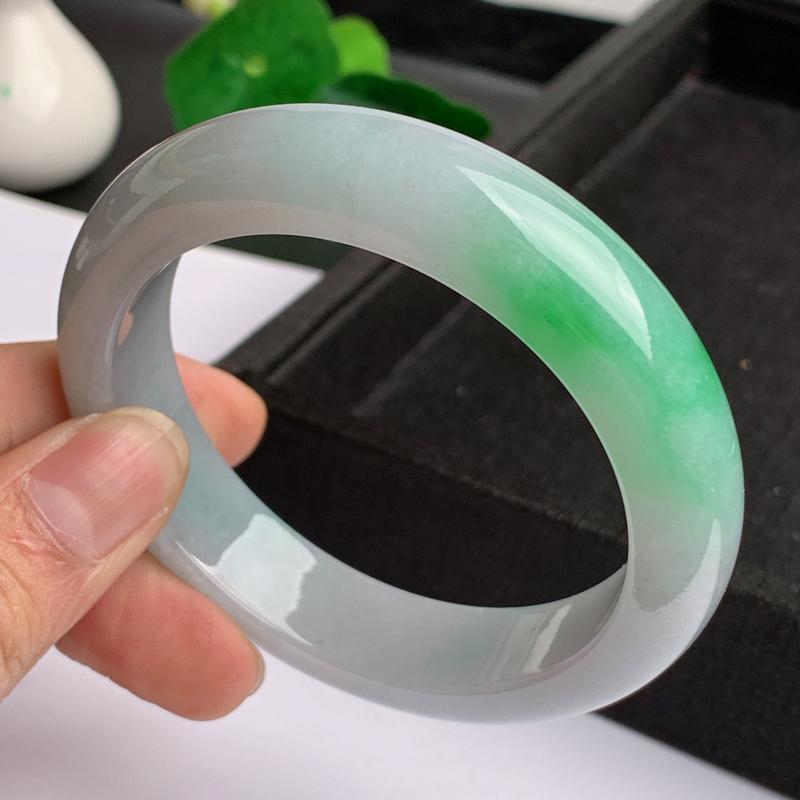 缅甸a货翡翠,水润飘绿正圈手镯59.1mm,玉质细腻,色彩艳丽,甜美清新,条形大方得体,佩戴效果好
