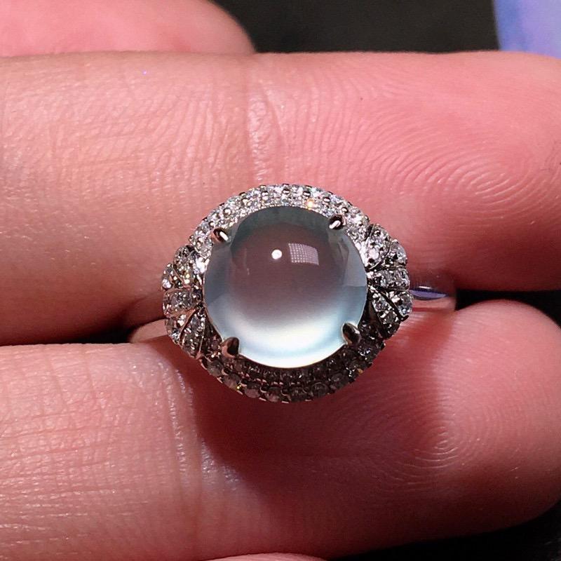 严选推荐👍👍👍老坑玻璃种翡翠蛋面女戒指,蛋面饱满圆润,形体佳,18k金钻豪华镶嵌而成,佩戴效果出众,