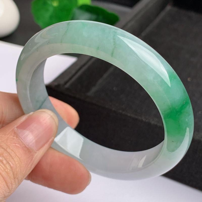缅甸a货翡翠,水润飘绿正圈手镯55mm,玉质细腻,色彩艳丽,色阳青翠,条形大方得体,佩戴效果好