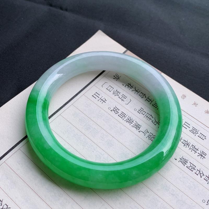 #自然光# 阳绿手镯、圈口:56.1mm 天然A货翡翠阳绿飘紫圆条手镯,底子细腻  编号:FM31-