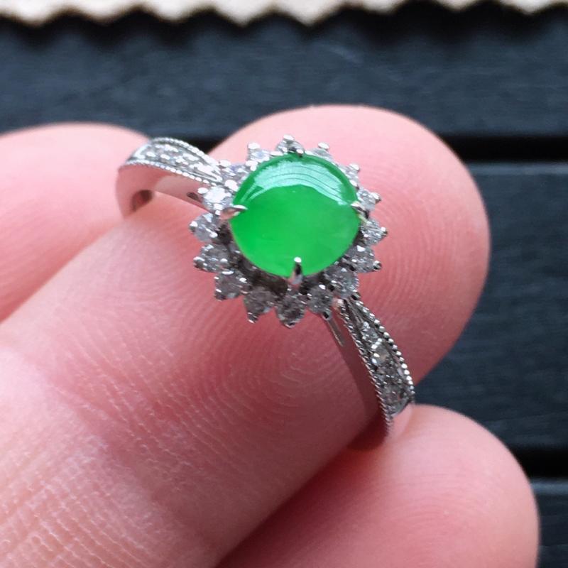 翡翠戒指,自然光实拍,缅甸a货翡翠,冰绿蛋面18k金伴钻玉戒指,种好通透,颜色艳丽,款式漂亮,佩戴佳