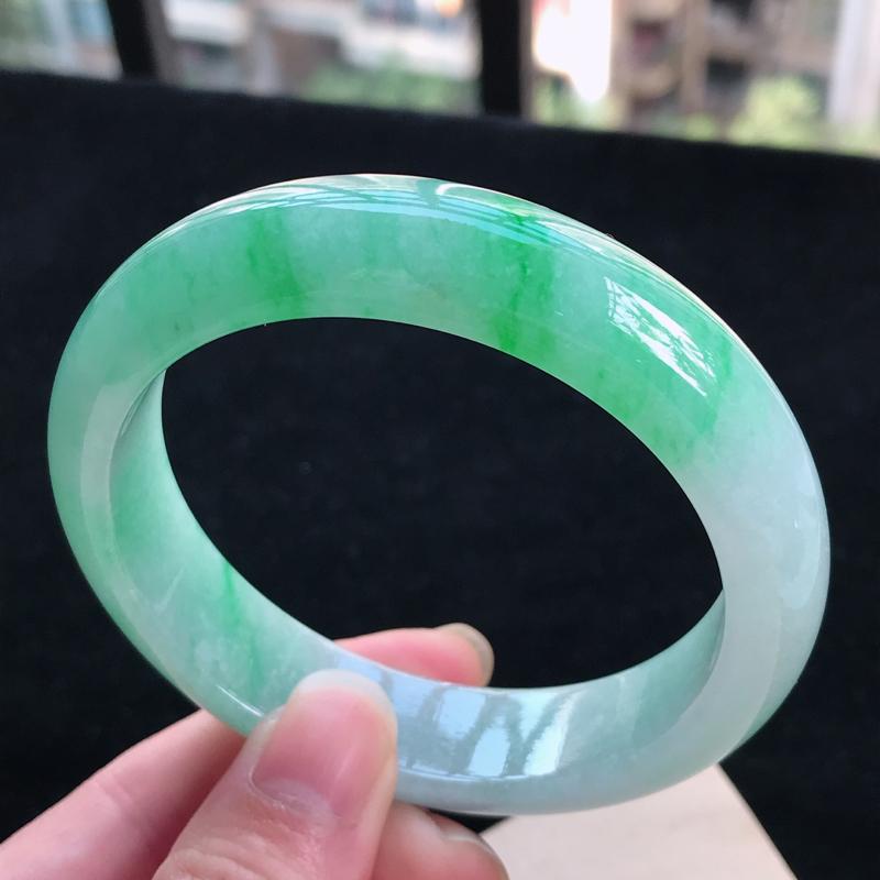 天然翡翠老坑水润飘阳绿正圈手镯,圈口56.6/14.1/8.2,玉质细腻水润  颜色漂亮,上手高档大
