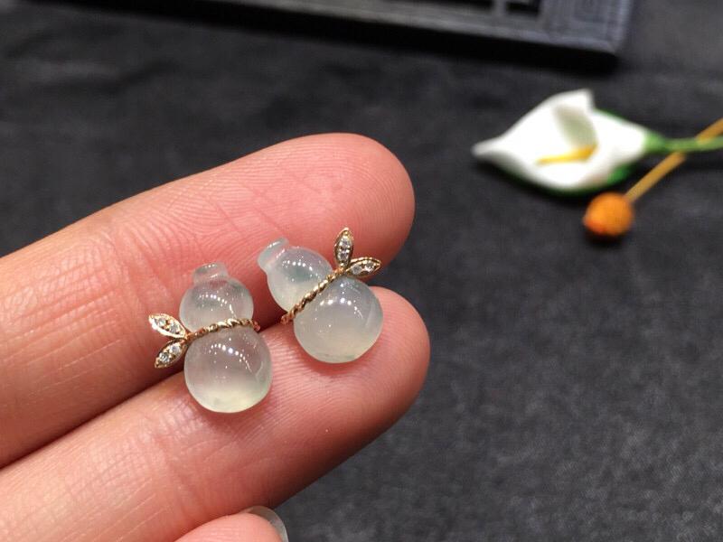 一对葫芦耳钉,底庄细腻,无纹裂,18K金南非真钻镶嵌,性价比高,推荐,尺寸11.2*9*3.8mm,重量1.42g