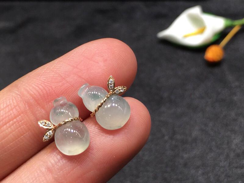 一对葫芦耳钉,底庄细腻,无纹裂,18K金南非真钻镶嵌,性价比高,推荐,尺寸11.2*9*3.8mm,