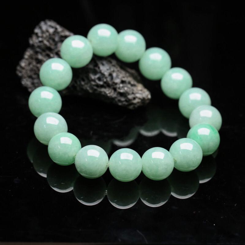 翡翠圆珠手串,共16颗珠子,取其中一颗珠尺寸大约13.2mm。珠子实物漂亮,玉质莹润,有天然黄点,