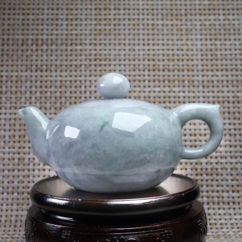 拍下有礼茶壶翡翠摆件。手工雕刻,色泽淡雅,精工细作,壶身尺寸:131.5*87*74.8mm,