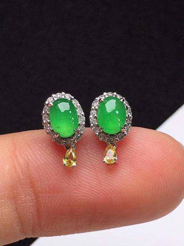 冰阳绿蛋面耳钉,色泽鲜艳,玉质细腻,料子干净,莹润光泽,18K金镶嵌钻石,裸石:4.8*3.5*2.