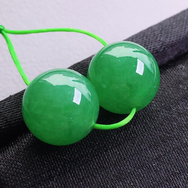 圆珠一对 玉质细腻,种老起胶,种水好。配绳为装饰品。