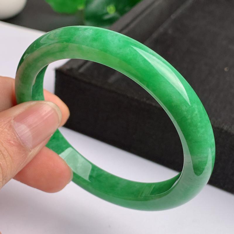 缅甸a货翡翠,水润满绿正圈手镯55.9mm,玉质细腻,色彩艳丽,色阳青翠,条形大方得体,佩戴效果好