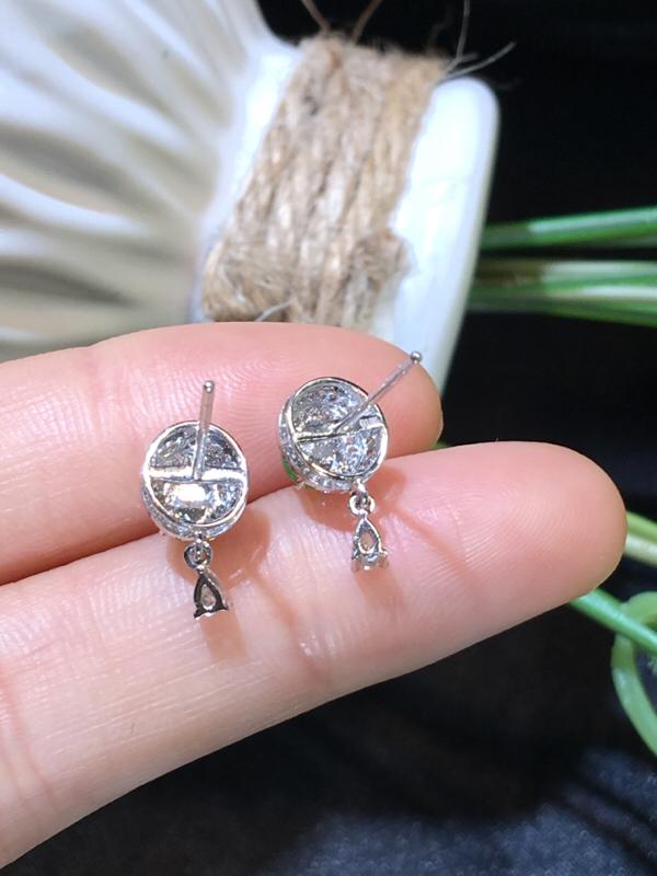 翡翠a货,满绿蛋面耳坠,18k金伴钻,佩戴精美,性价比高,裸石尺寸4.7*3.9*2.7mm