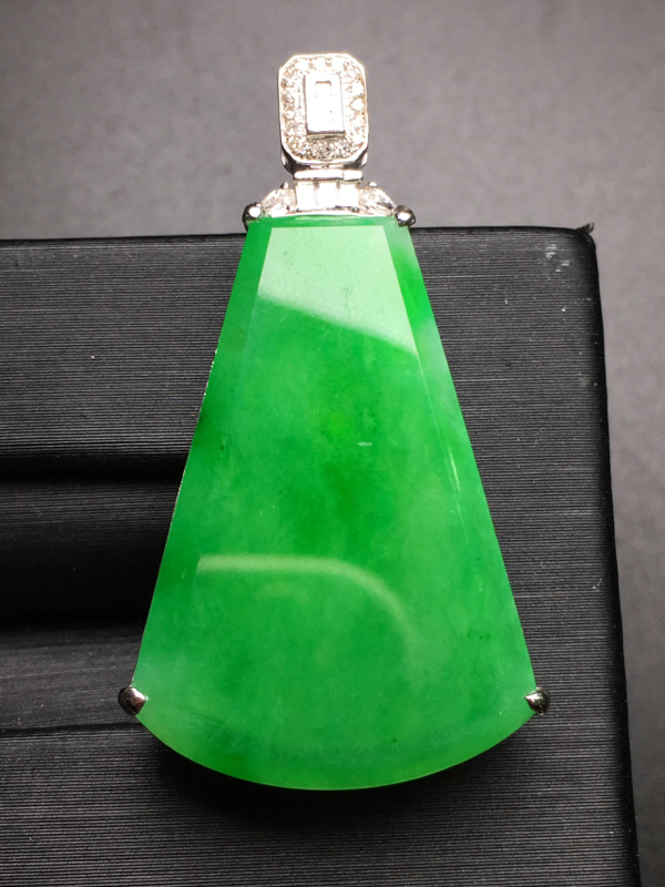 阳绿无事牌吊坠,18k金豪华镶钻,无纹无裂,种好色好,质量杠杠的,性价比超高