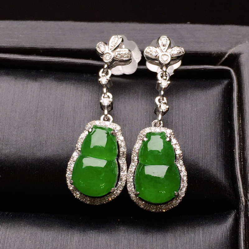 18K金钻镶嵌满绿葫芦耳坠 色泽均匀艳丽饱满 质地细腻 款式新颖时尚唯美 上耳亮眼 整体尺寸22.5