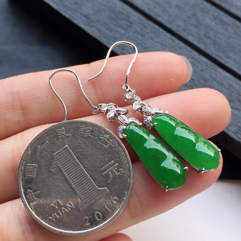 翡翠18K金伴钻镶嵌满绿发财豆耳坠,玉质细腻,雕工精美,佩戴送礼佳品,包金尺寸: 24.4*7.1*5.0MM,裸石尺寸:17.5*6.6*2.5MM,重3.62克