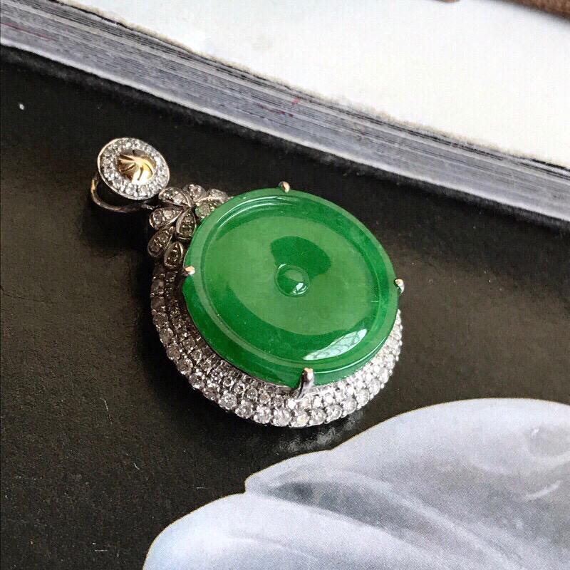 行家货自然光拍摄,冰种满绿小平安扣,太平扣。颜色非常浓郁出众,翠意送人,娇艳欲滴。种水质地相当不错,冰润细腻,起强胶感,实物冰感十足,18K金钻精美镶嵌,裸石尺寸16.2*2.6毫米,注意尺寸,小精品,品质很高,推荐入手一试!
