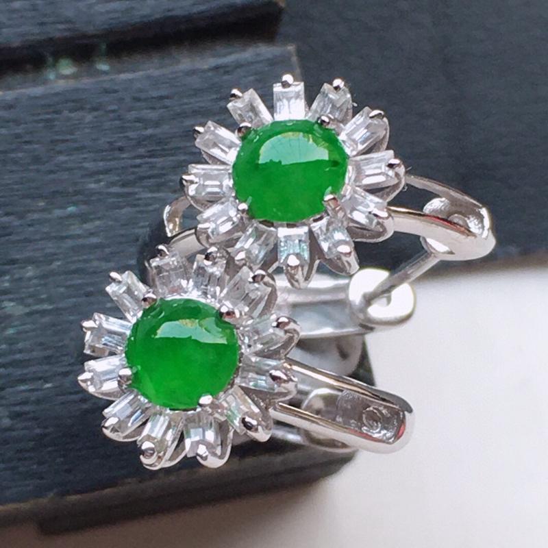 翡翠18K金伴钻镶嵌满绿蛋面耳钉,玉质细腻,雕工精美,佩戴送礼佳品,包金尺寸: 8.8*8.6*4.