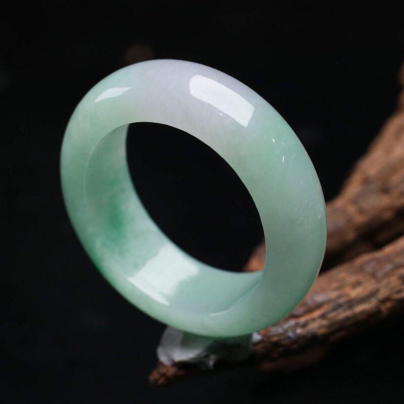 飘绿翡翠指环,色泽清新,灵动飘逸,佩戴上手时尚优雅,尺寸19.4*7.5*4mm戒指内径19.4mm