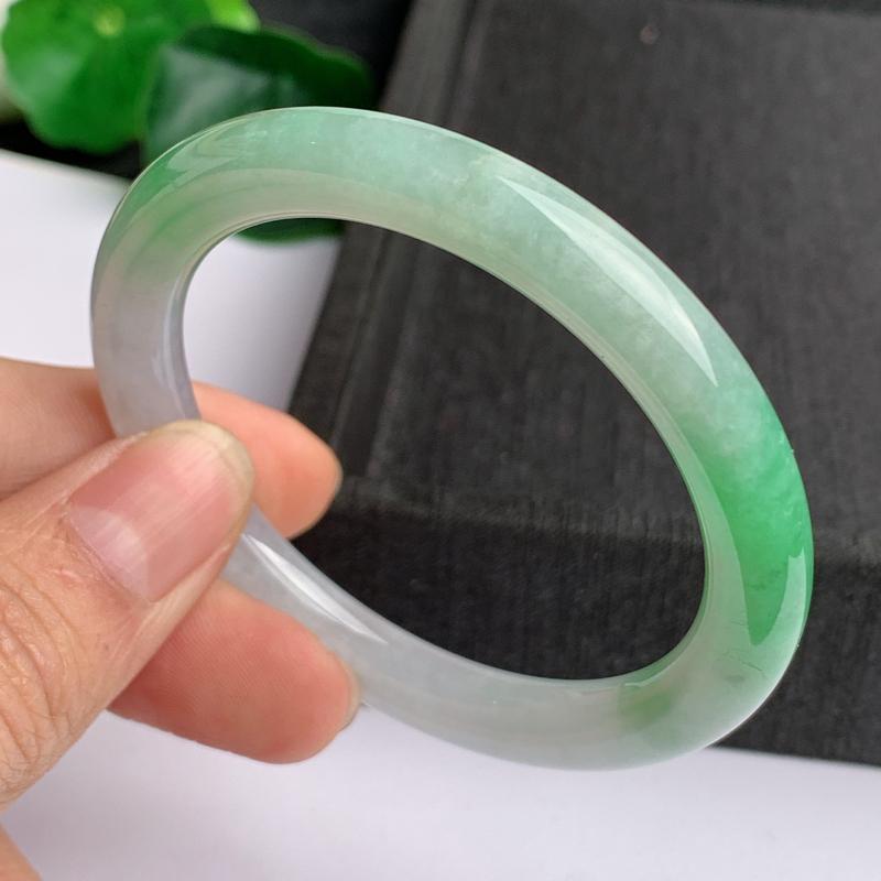 缅甸a货翡翠,水润飘绿圆条手镯53.4mm,玉质细腻,色彩艳丽,圆润流畅,条形大方得体,佩戴效果好