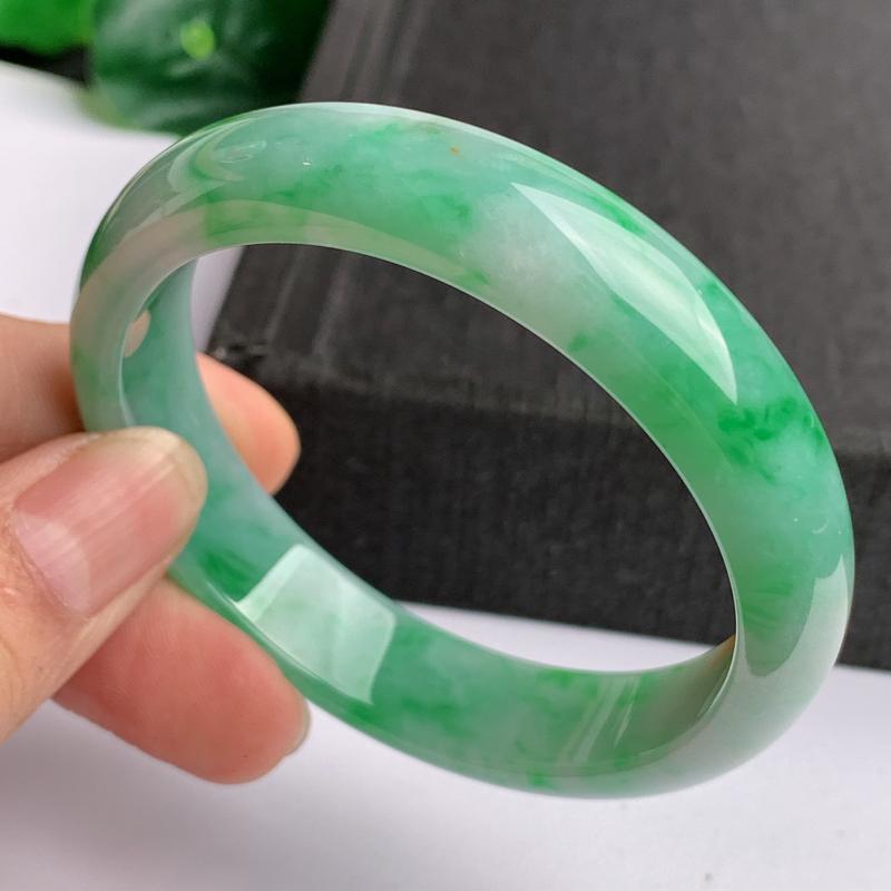 缅甸a货翡翠,水润飘绿正圈手镯57.1mm,玉质细腻,色彩迷人,色阳青翠,条形大方得体,佩戴效果好