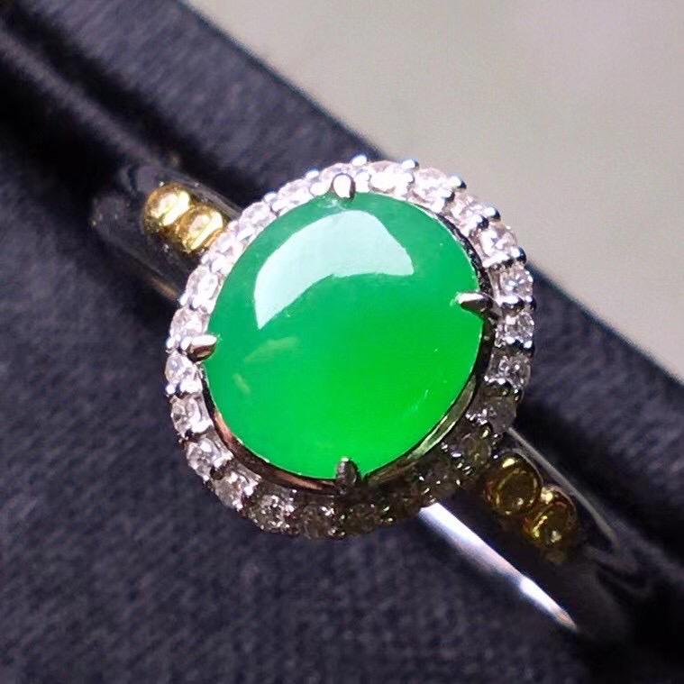 阳绿冰种蛋面戒指,真金真钻镶嵌,种水好,玉质细腻 .裸石尺寸 6.9*6.0*3.0