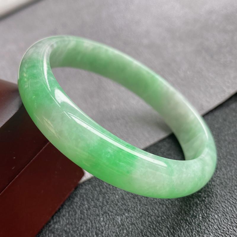 翡翠A货,规格54.2/11.5/6.6,老坑种飘绿正圈手镯,颜色非常好看,上手优雅迷人