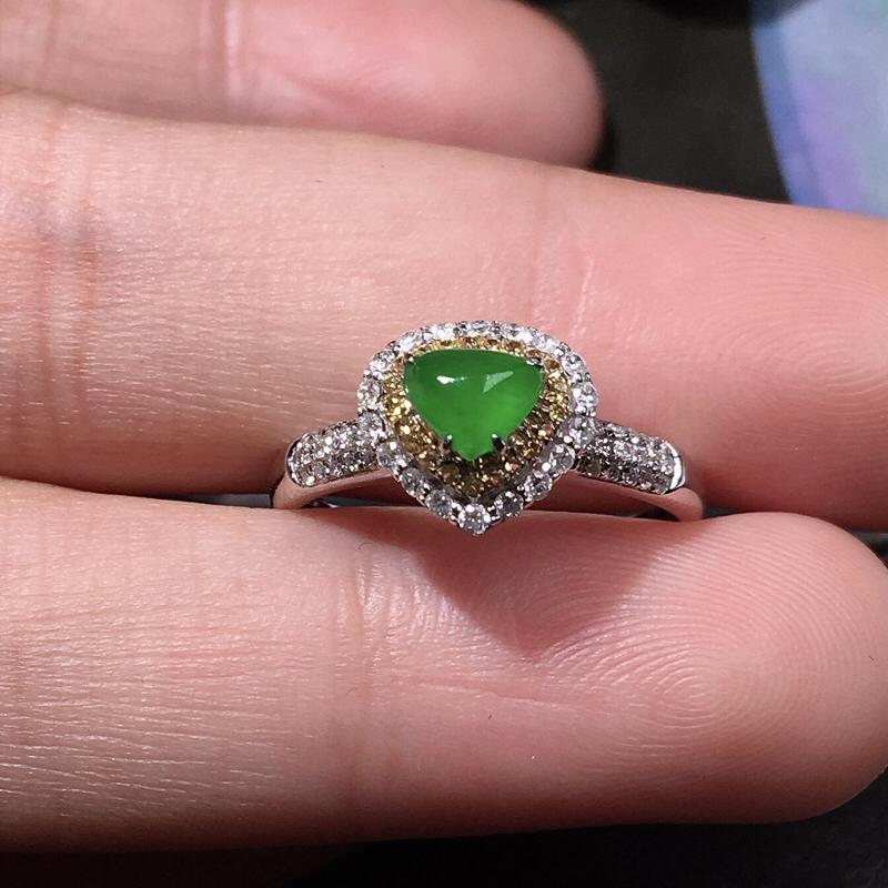 严选推荐老坑冰种满绿色翡翠爱心女戒指,18k金钻豪华镶嵌而成,佩戴效果佳,尽显气质。老坑种质,肉质水润细腻,莹润通透,起强玻璃光泽,颜色鲜亮,相当漂亮。高性价比,值得入手。裸石尺寸约为:5.5-4.5-3毫米