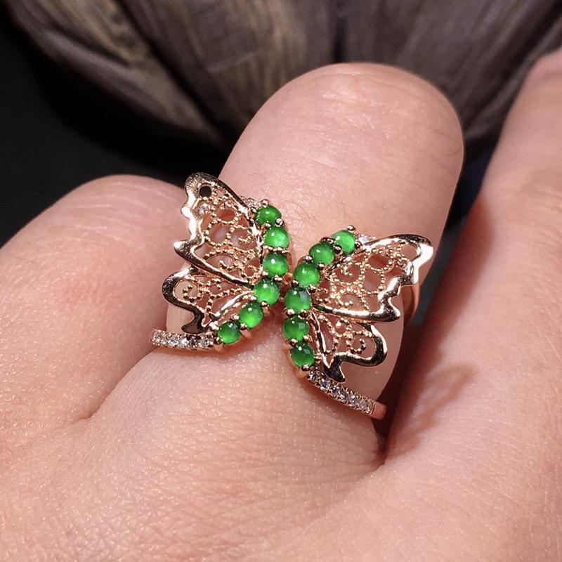 严选推荐老坑冰种阳绿色小蛋面女戒指,蝴蝶造型,18k金伴钻镶嵌而成,款式新颖,佩戴效果佳,尽显