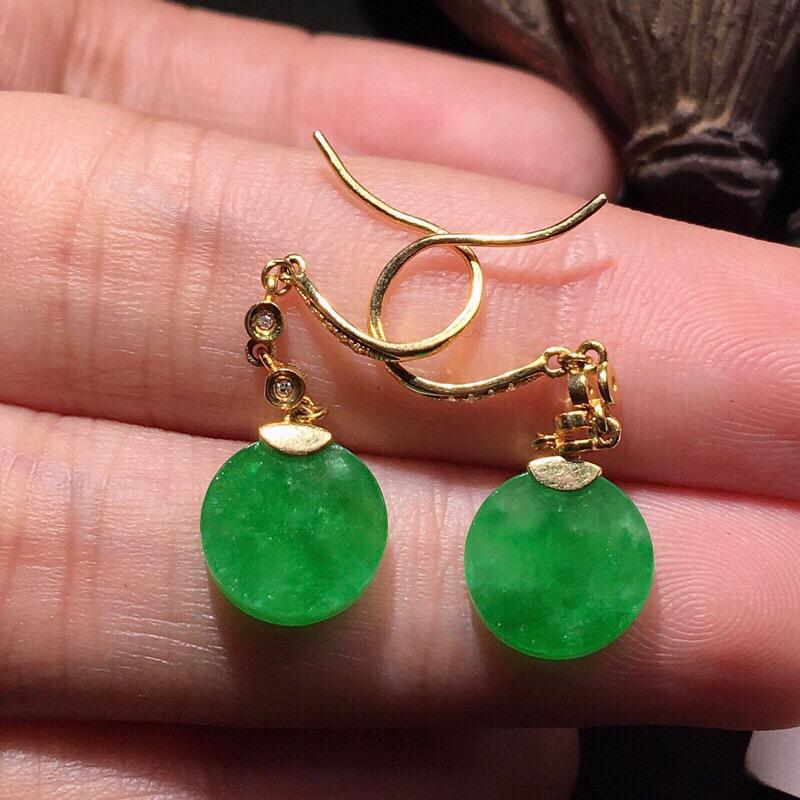 力荐款老坑糯冰种阳绿色小平安扣耳坠,18k金钻镶嵌而成,佩戴效果出众,尽显气质。种水很好,胶感十足,晶体结构致密,起强玻璃光泽。颜色浓郁鲜艳,相当漂亮,值得入手。裸石尺寸约为9.6-9.6-3毫米