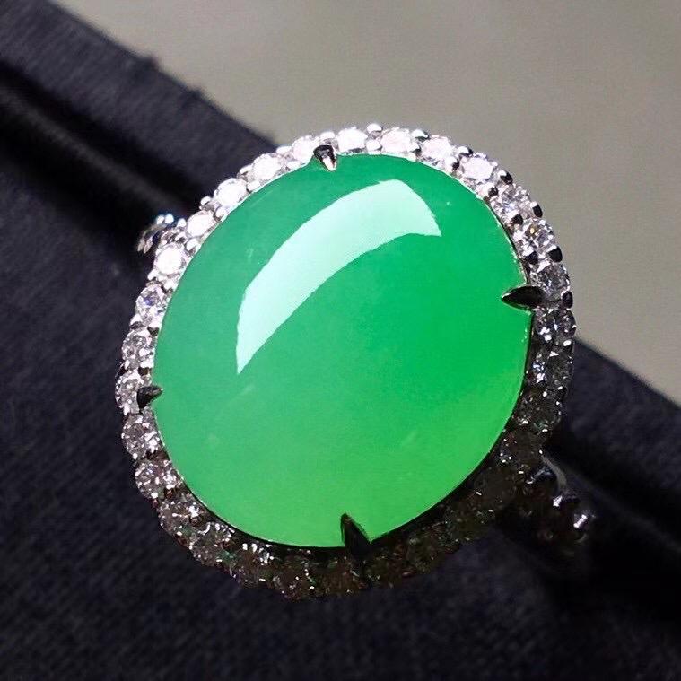 阳绿冰种蛋面戒指,真金真钻镶嵌,种水好,玉质细腻 .裸石尺寸 12.4*10.6*4.0