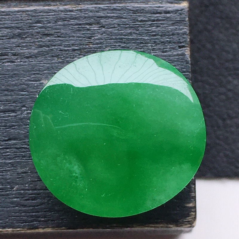 翡翠带绿蛋面,玉质莹润,佩戴佳品,尺寸:12.8*12.1*6.4mm,重1.68克