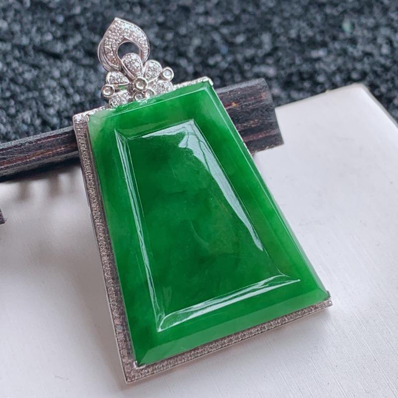 🙏缅甸天然翡翠A货   18k金豪华镶嵌满绿平安无事牌吊坠。整体尺寸:45.6*30*6.7mm,裸