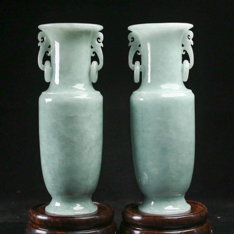 推荐款翡翠花瓶摆件一对,造型别致,雕工精细,玉质莹润,寓意好,取其中一个尺寸:158*55.6
