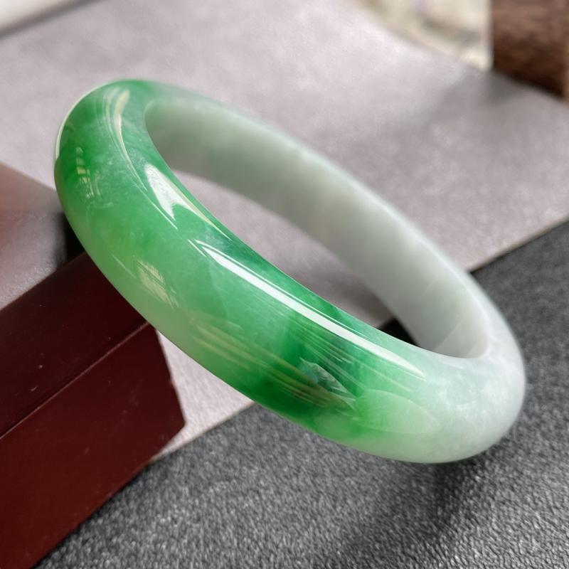天然翡翠A货,规格56.6/13.2/9,老坑种飘绿正圈手镯,玉质细腻水润,上手优雅迷人